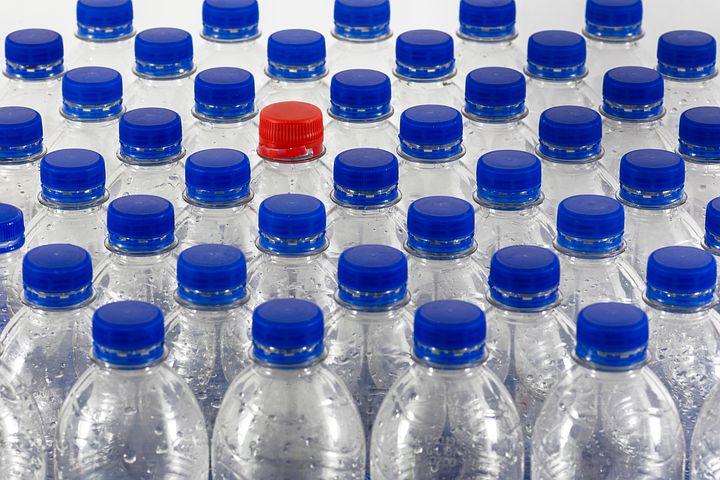 In Francia uno studio dimostra che anche l'acqua in bottiglia contiene tracce di pesticidi e farmaci