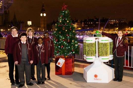 Un insolito albero natalizio a Londra. Ad accendere le luci è l'energia di 1.000 cavoletti di Bruxelles