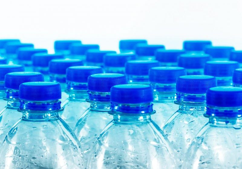 Acqua in bottiglia: 3500 volte più impattante di quella del rubinetto