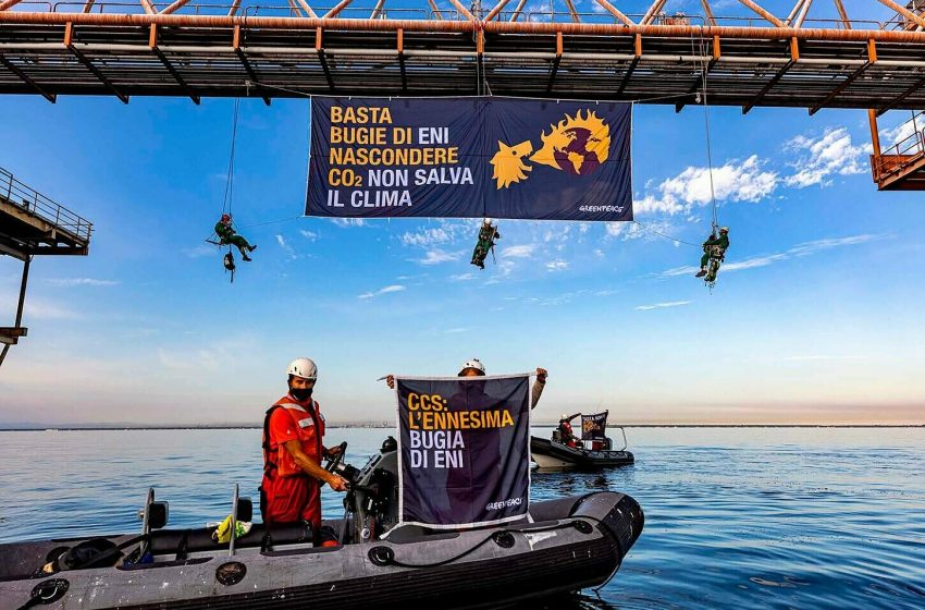 Greenpeace in azione contro il patto della finzione ecologica